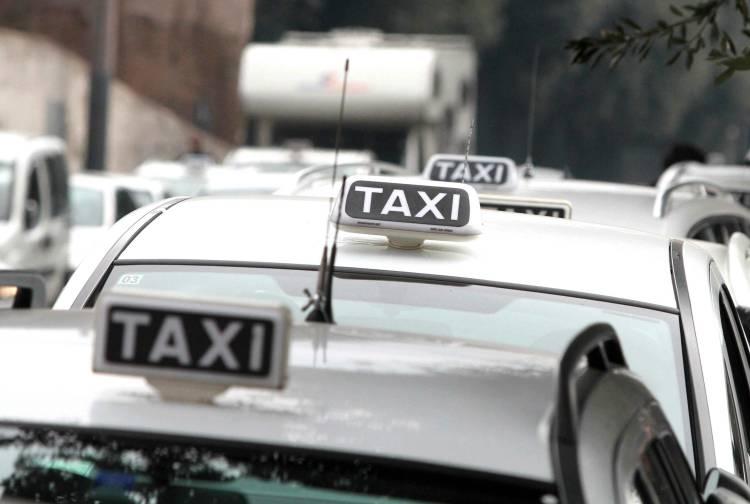 Alla guida del taxi in stato di ebbrezza, denunciato dalla Polizia Municipale