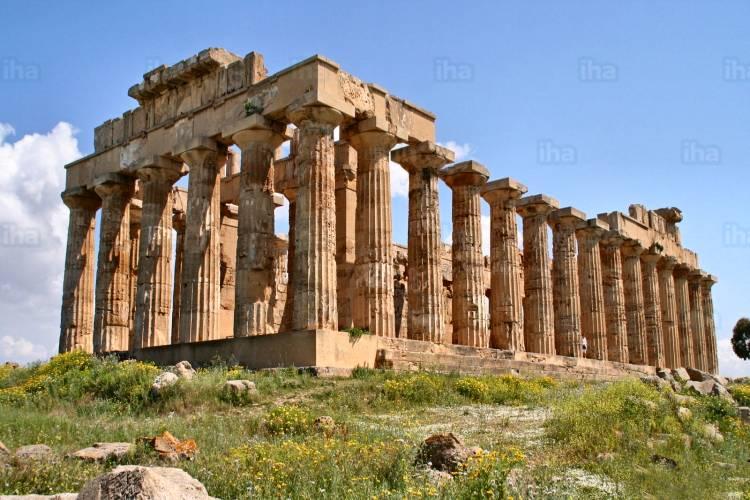 Bruciati 30 ettari nel parco archeologico di Selinunte