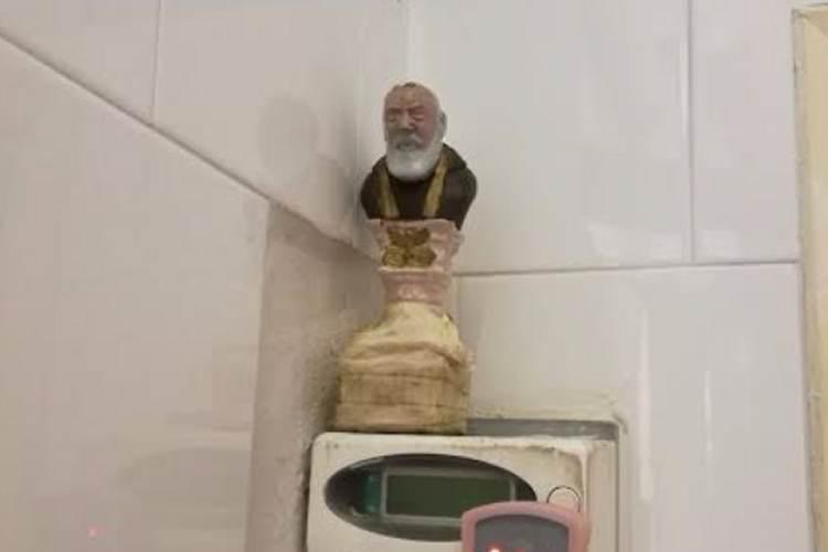 Usano una statua di Padre Pio per rubare energia elettrica: denunciati