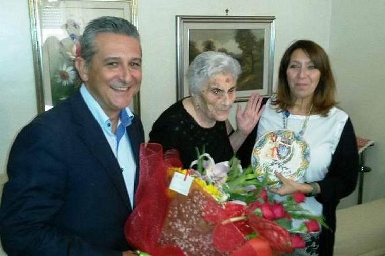 L 39 amministrazione comunale festeggia la centenaria vita for Fontana arredi valderice